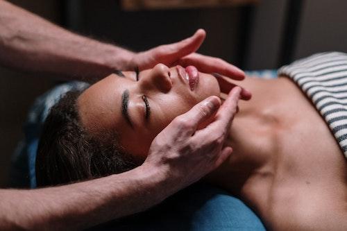massage du visage pour les rides